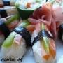 нигири с киви, помидорчиком и  лососем