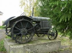 Памятник первым советским тракторам