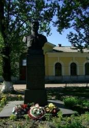 Бюст Героя Советского Союза летчика Л. В. Михайлова