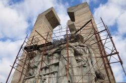 Недостроенный монумент на месте концлагеря ДУЛАГ-110